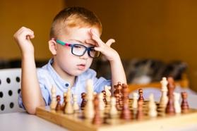 Image jeune jouant aux échecs