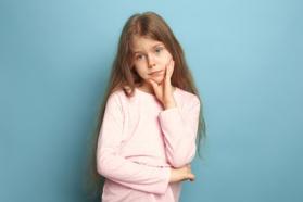 Photo enfant qui réfléchit