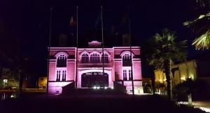 Mairie illuminée rose